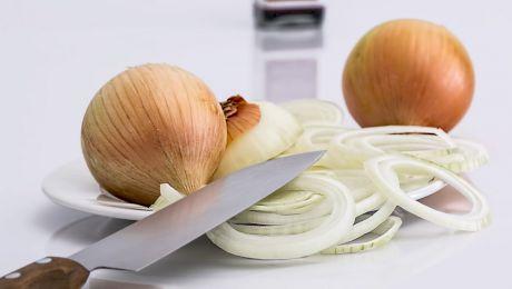 """De ce """"plângem"""" când tăiem ceapă? Cum să secționăm ceapa fără să mai lăcrimăm?"""