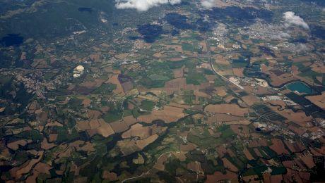De ce au dreptul avioanele să-ți survoleze terenul? Ce deții, dacă ai o bucată de pământ, cât din adâncime și din înălțime e al tău?