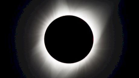 De ce vedem Soarele și Luna la fel de mari, dacă Soarele e de 400 de ori mai mare ca Luna?