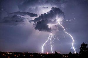 Unde ne putem adăposti pentru a fi feriți de trăsnet în timpul unei furtuni?