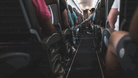 De ce locurile din avion sunt atât de înghesuite?