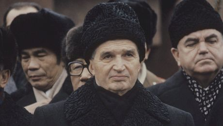 Cum arată o poezie compusă de Nicolae Ceaușescu? În cinci strofe a folosit doar un semn de punctuație