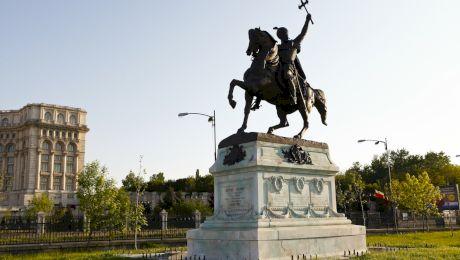 Ce simbolizează o statuie în care eroul stă pe un cal care are un picior în aer?