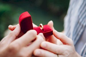 De ce dăruim verighete la nuntă? De ce se poartă pe degetul inelar?