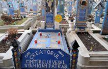 Ce scrie pe crucea omului care a fondat Cimitirul Vesel de la Săpânța?