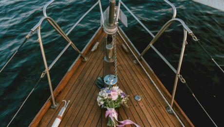 E adevărat că te poți căsători pe mare? Poate un căpitan de vas să oficieze o cununie?