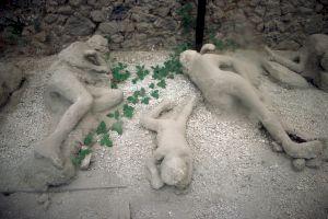 """Care au fost cele mai ciudate scene """"încremenite"""" de lavă din orașul Pompeii?"""