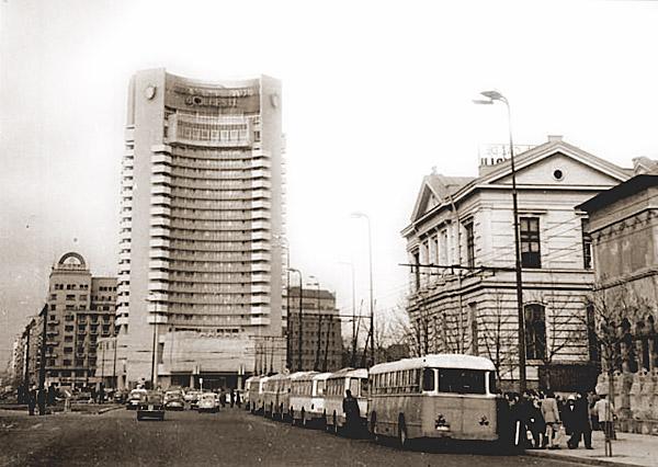 E adevărat că Hotelul Intercontinental este construit pe roți pentru a rezista la aproape orice cutremur?