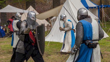 Cum se ușurau cavalerii îmbrăcați în armură?