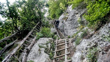 E adevărat că în România există un sat unde localnicii ajung doar cu scara?