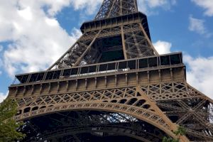 E adevărat că pe perioada verii, Turnul Eiffel este mai mic de înălțime?