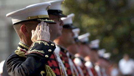 De ce salută soldații cu mâna dreaptă dusă la tâmplă?