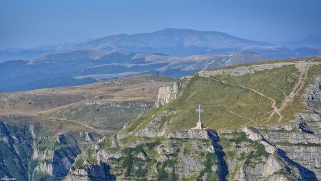 Cum a fost construită Crucea Caraiman pe vârful muntelui?