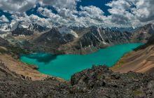 Există un lac care se mișcă cu câteva sute de metri pe an?