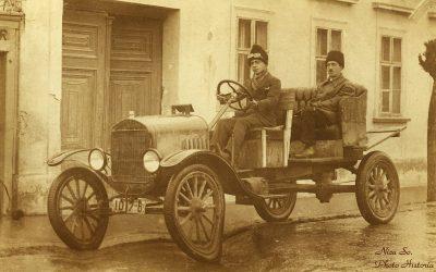 """Cum arăta un taxi în București acum 100 de ani? Ce """"accesoriu"""" purta taximetristul?"""