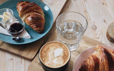 De ce unii oameni preferă să savureze cafeaua cu un pahar de apă? Care este explicația?
