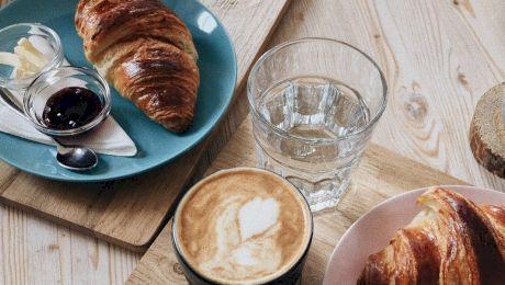 De ce unii oameni preferă să savureze cafeaua cu un pahar de apă alături? Care este explicația?