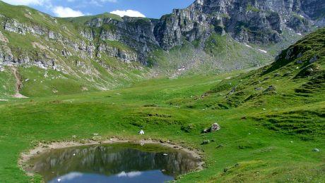 E adevărat că în Munții Bucegi există un lac ce apare când moare un om?