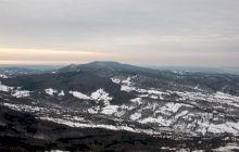 Care este cel mai înalt deal din România și cum arată? De ce nu există pe el așezări omenești?