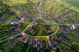 Cum se vede satul rotund românesc Charlottenburg din dronă? De ce casele sunt așezate în formă de cerc?