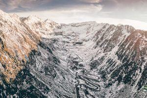 Cine a urcat cu trabantul Transfăgărășanul în plină toamnă în anii '70 și a fost surprins de avalanșă?