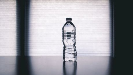 Este mai sănătoasă apa plată îmbuteliată decât cea de la robinet?