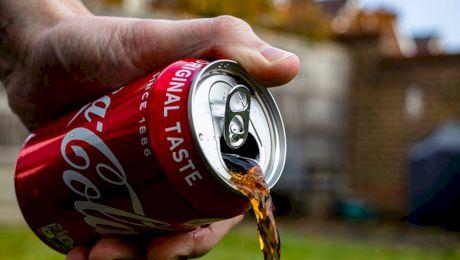 La ce ajută orificiul de la cheița cutiei de Coca Cola?