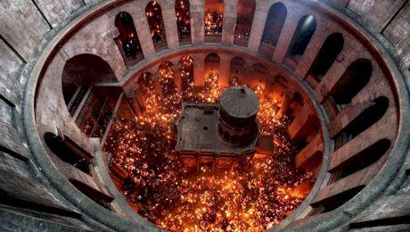 Cum se aprinde Lumina Sfântă la Ierusalim? Cum aprinde preotul lumânările fără sursă de foc?