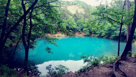 De ce Lacul Albastru din Baia Sprie își schimbă culoarea în funcție de anotimp?