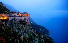 Ce a pățit o femeie care a încercat să urce pe muntele ATHOS, loc INTERZIS FEMEILOR?