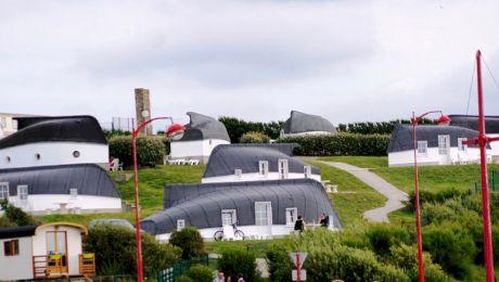 Cum arată satul caselor făcute din bărci răsturnate?