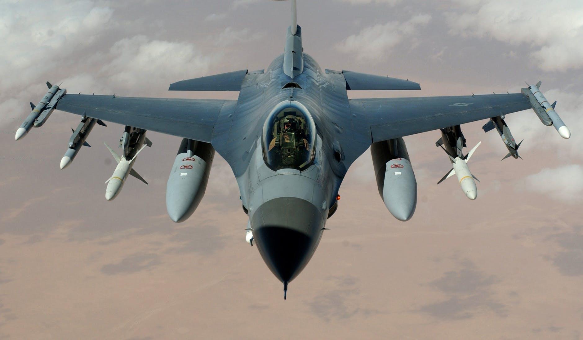 Avion de luptă - F16 Falcon.