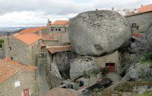 E adevărat că în Portugalia există un sat construit din bolovani gigantici?