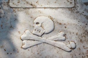 """Care este povestea """"Mormântului Piratului"""", singurul din România care are ca piatră funerară craniul cu două oase?"""