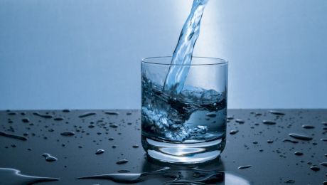 Te ajută consumul de apă să slăbești? Câtă apă trebuie să bei?