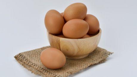 În cât timp se fierbe un ou? De ce ouăle NU se țin pe ușa frigiderului?