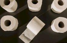 De ce este hârtia igienică aproape întotdeauna albă?
