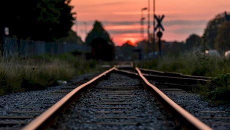 Care este localitatea din România unde trenul trecea prin mijlocul cimitirului?