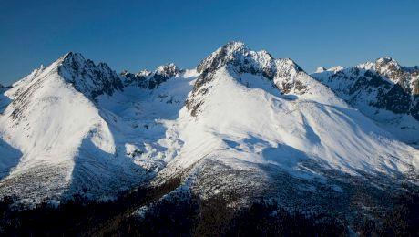 Care este cel mai înalt vârf din Munții Carpați? Unde se află acesta?