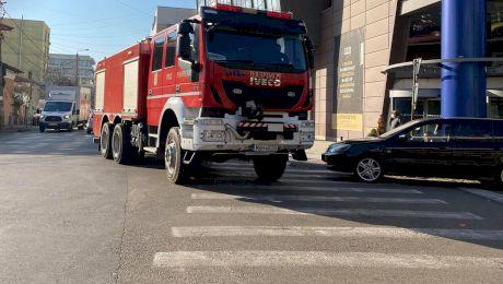 """De ce cuvântul """"pompieri"""" este scris invers pe mașinile de intervenție?"""