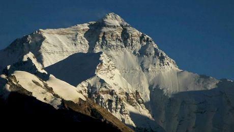 """Este adevărat că reprezentanții chinezi """"au tăiat"""" 3 metri din Vârful Everest?"""
