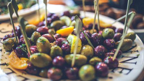 Cum deosebim măslinele vopsite negru de cele naturale?