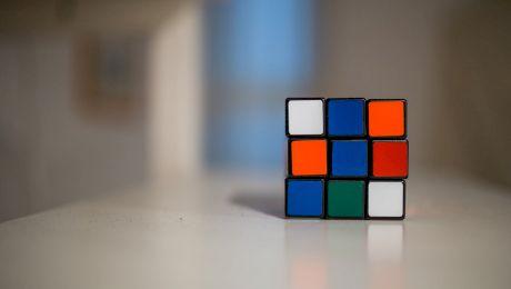 Cum să rezolvi un Cub Rubik? Secrete pentru a poziționa culorile!