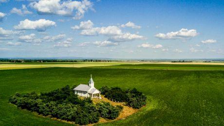 Care este povestea bisericii din România a cărei ușă se deschide singură?