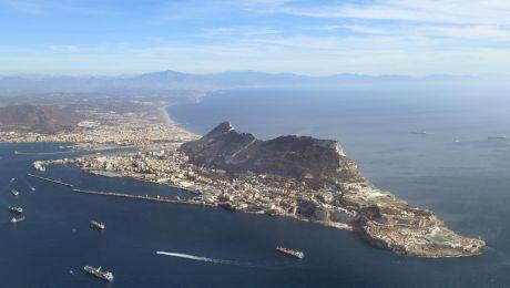 E adevărat că, în Gibraltar, circulația mașinilor se oprește din cauza avioanelor?