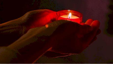 Cine sunt oamenii cărora li se aprind lumânările singure la Mormântul Sfânt?
