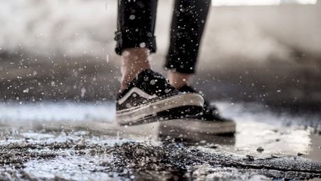 E adevărat că dacă alergi prin ploaie te uzi mai mult decât dacă mergi la pas?