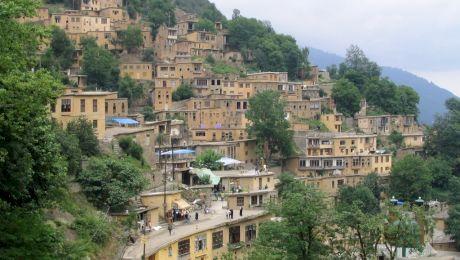 Este adevărat că există un sat unde străzile sunt pe acoperișurile caselor?