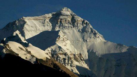 Care este cel mai înalt munte din lume și unde se află?