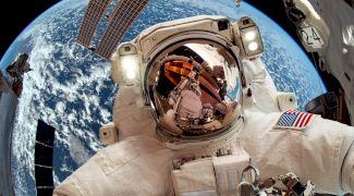 Cum se scarpină astronauții când sunt îmbrăcați în costumele spațiale?
